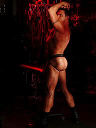 Big muscle hunk posing naked